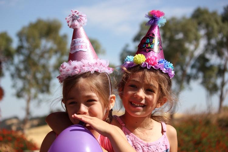 Sărbătorim zilele de naștere ale copiiilor din centre de plasament